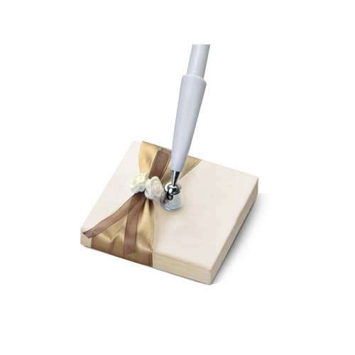 Stojaczek z kremowego, perłowego papieru z białym długopisem