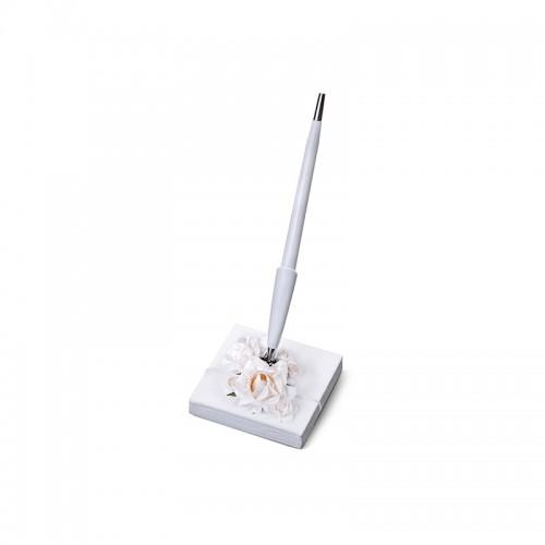 Stojaczek z perłowego papieru z kremowymi kwiatkami z białym długopisem